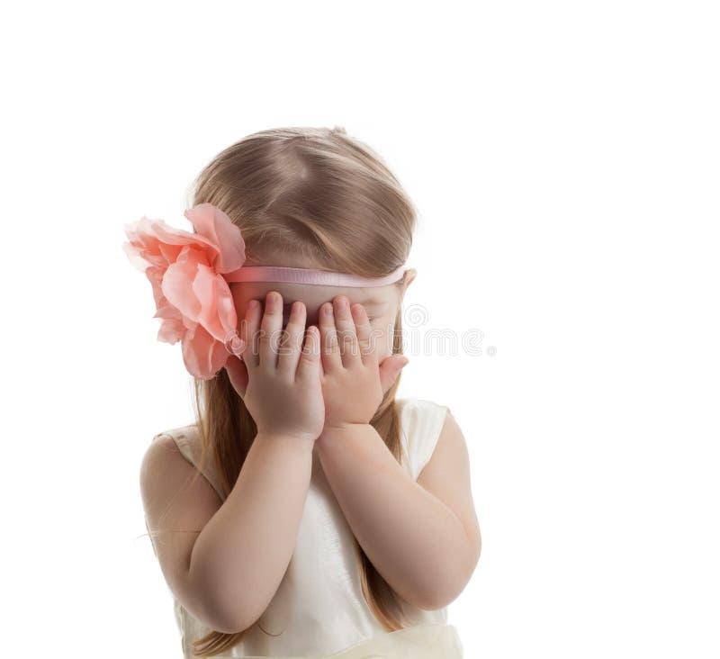 Nätt och gullig liten flickagråt arkivbilder