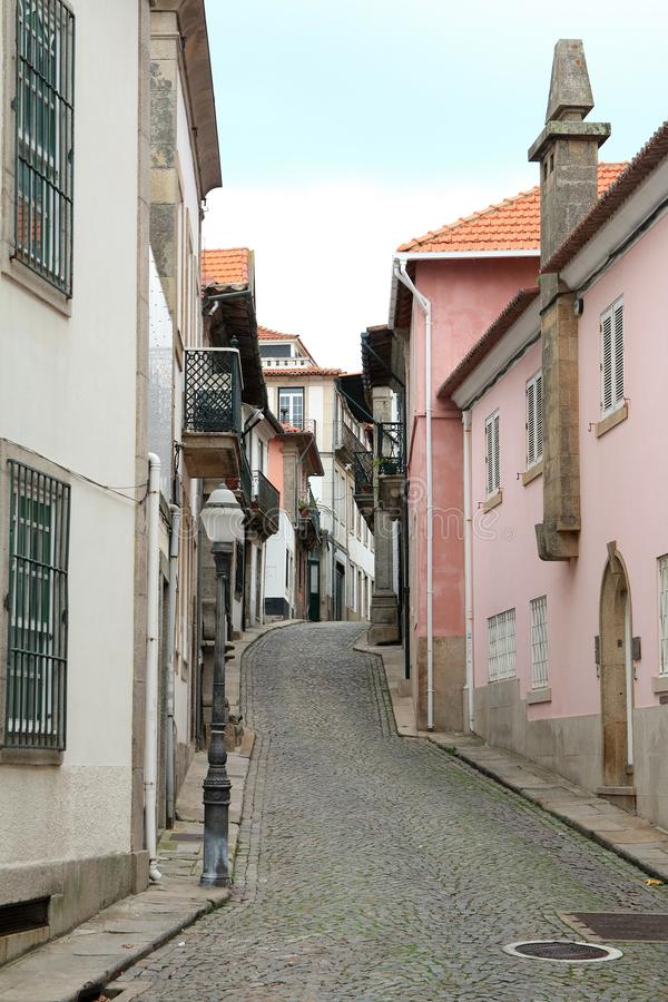 Nätt portugisisk lappad gata i Porto royaltyfri fotografi