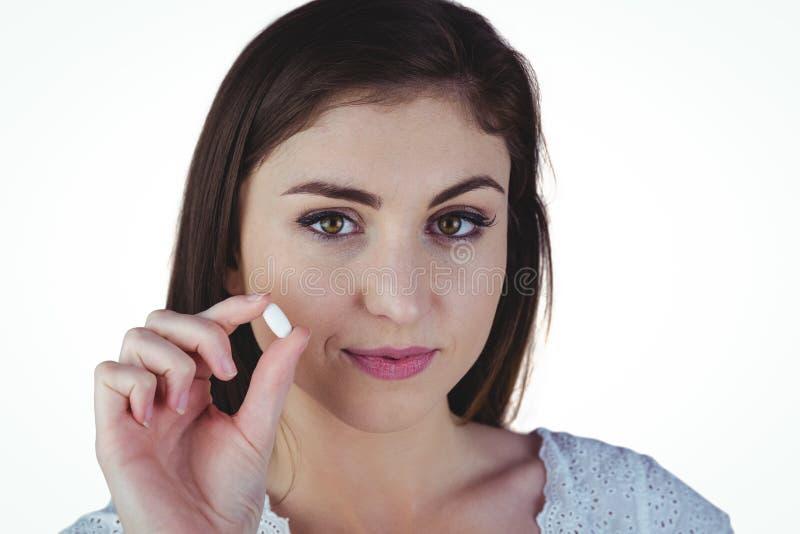 Nätt preventivpiller för kvinnavisningvit arkivfoto