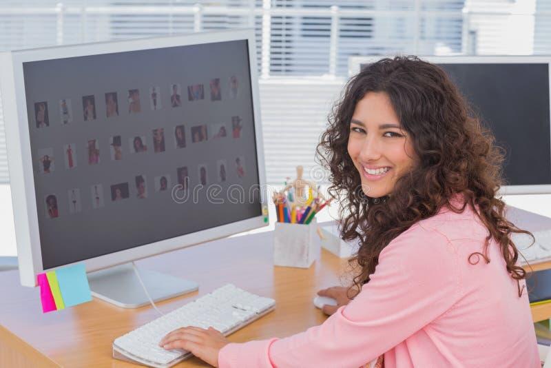 Nätt redaktör på hennes skrivbord fotografering för bildbyråer