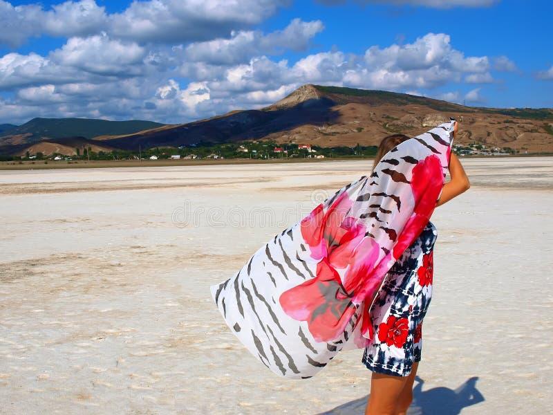 nätt salt sarong för flickalake arkivbilder