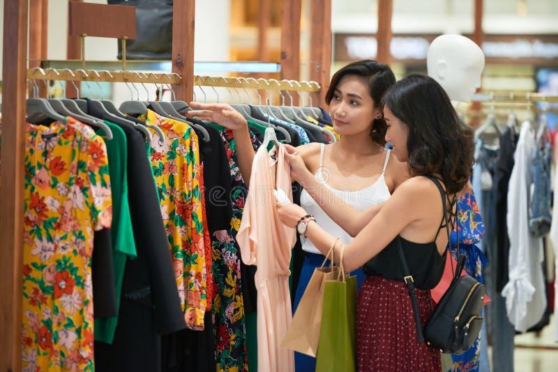 nätt shoppingkvinnor royaltyfri fotografi