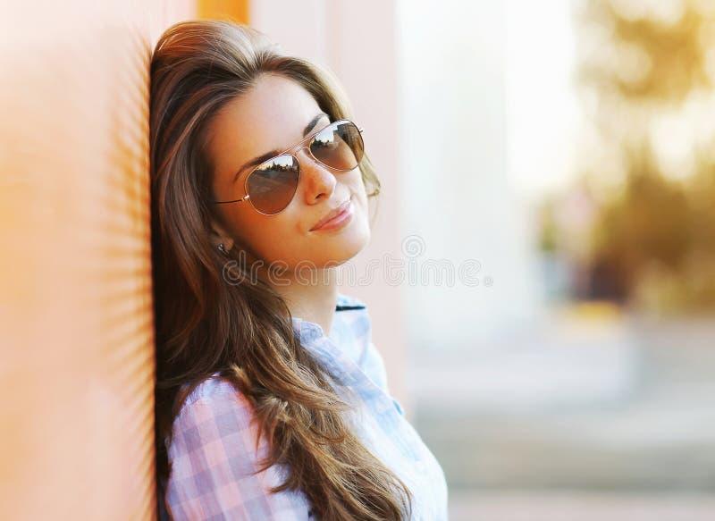 Nätt sinnlig kvinna för sommarmodestående i solglasögon arkivfoton