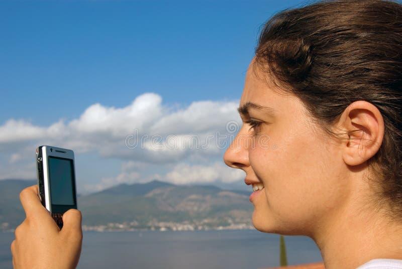 nätt sjösida för mobiltelefonflicka royaltyfri bild