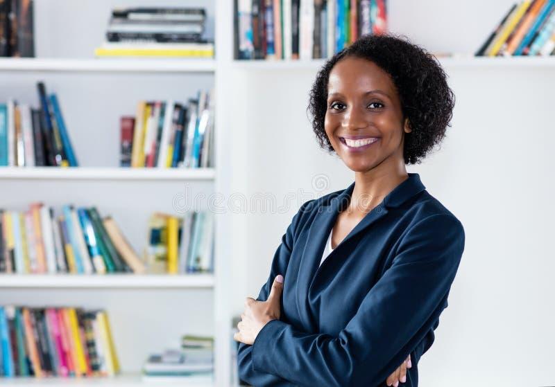 Nätt skratta afrikansk amerikanaffärskvinna royaltyfria foton