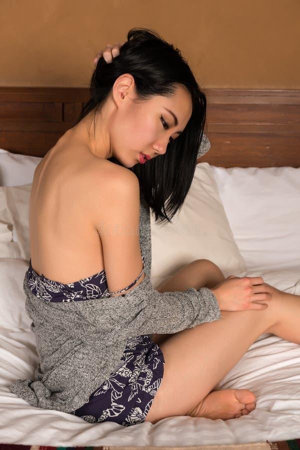 Nätt spenslig kinesisk kvinna royaltyfria foton