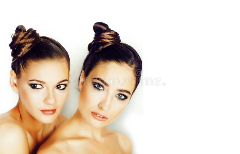 Nätt stilfull ung kvinna för träd med samma frisyr och naket för makeup som isoleras på det vita bakgrundsslutet upp royaltyfri fotografi