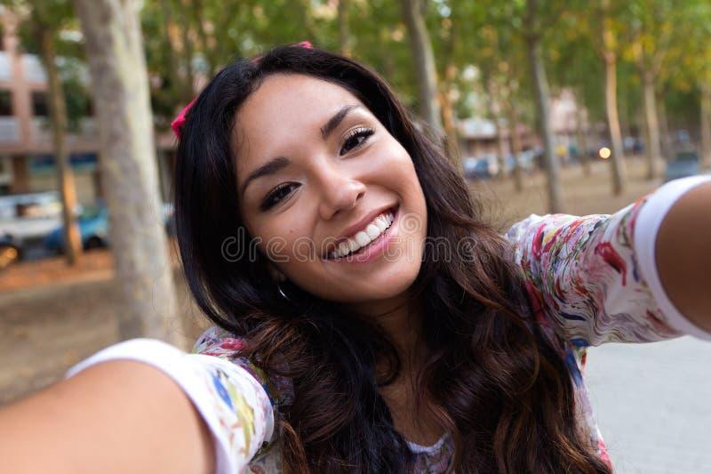 Nätt studentflicka som tar en selfie royaltyfria foton