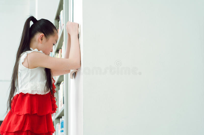 nätt studera för flickaarkiv royaltyfri foto