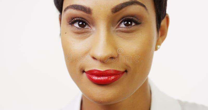 Nätt svart kvinna med rött le för läppstift royaltyfria foton
