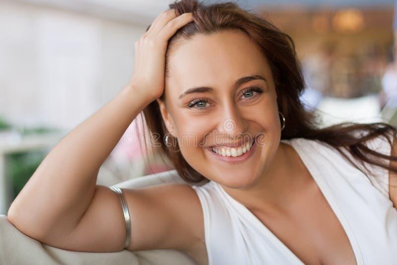 Nätt 30-talkvinna på ett datum royaltyfri foto