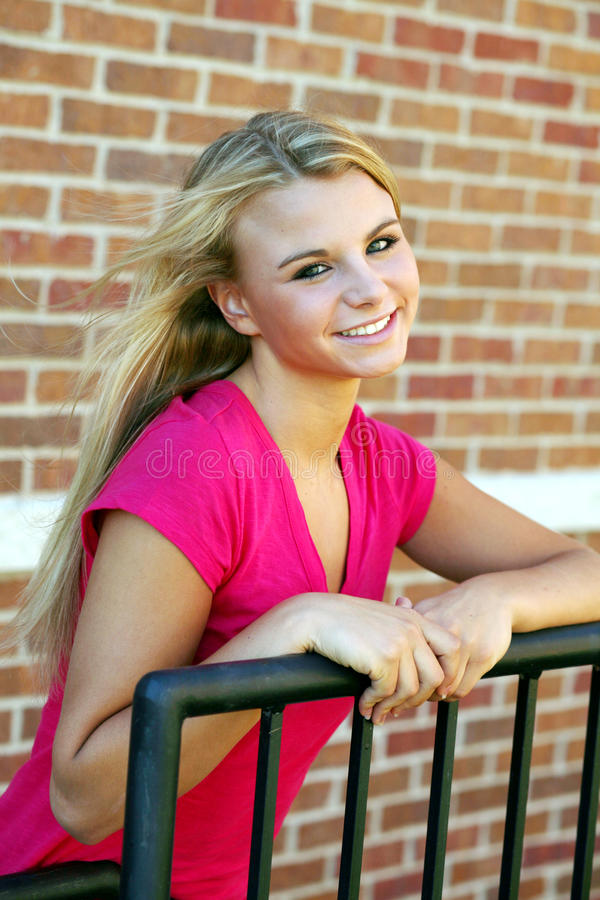 nätt teen för blond flicka royaltyfri foto
