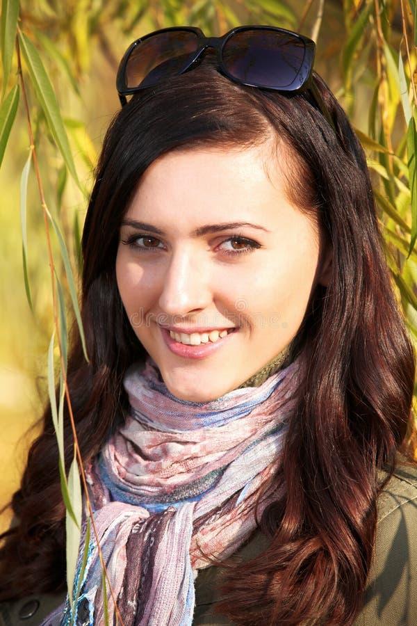 nätt teen för höstflickapark royaltyfri fotografi