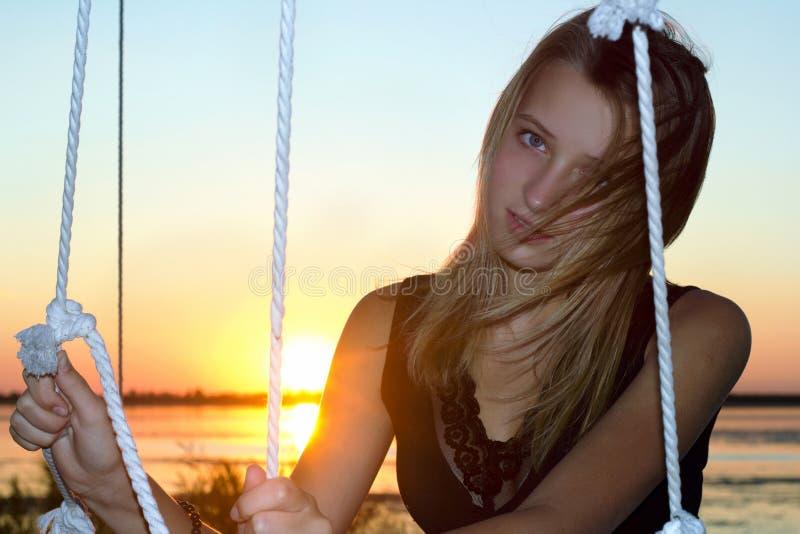 Nätt teen flicka på solnedgången arkivfoto