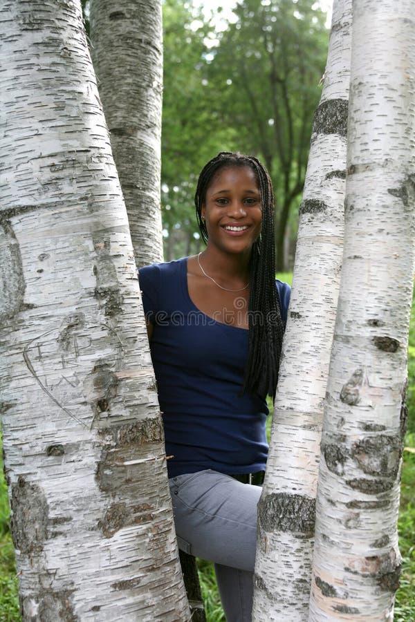nätt teen trees för afrikansk amerikanbjörk royaltyfri foto