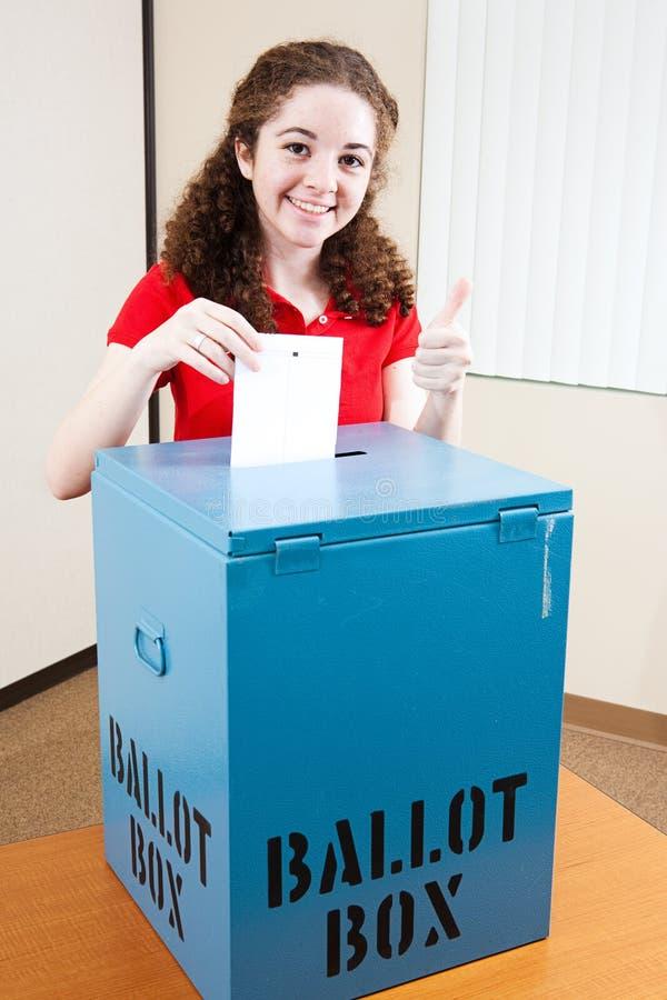 Nätt tonårig röstning royaltyfria foton