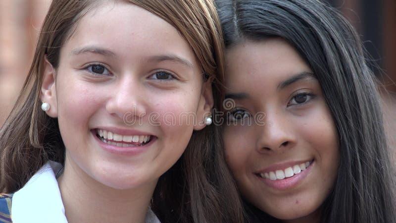 Nätt tonårigt le för flickor arkivfoton