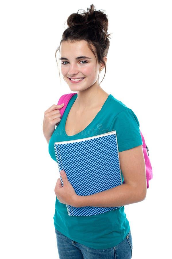Nätt tonåring som är klar att delta i högskolan royaltyfria foton