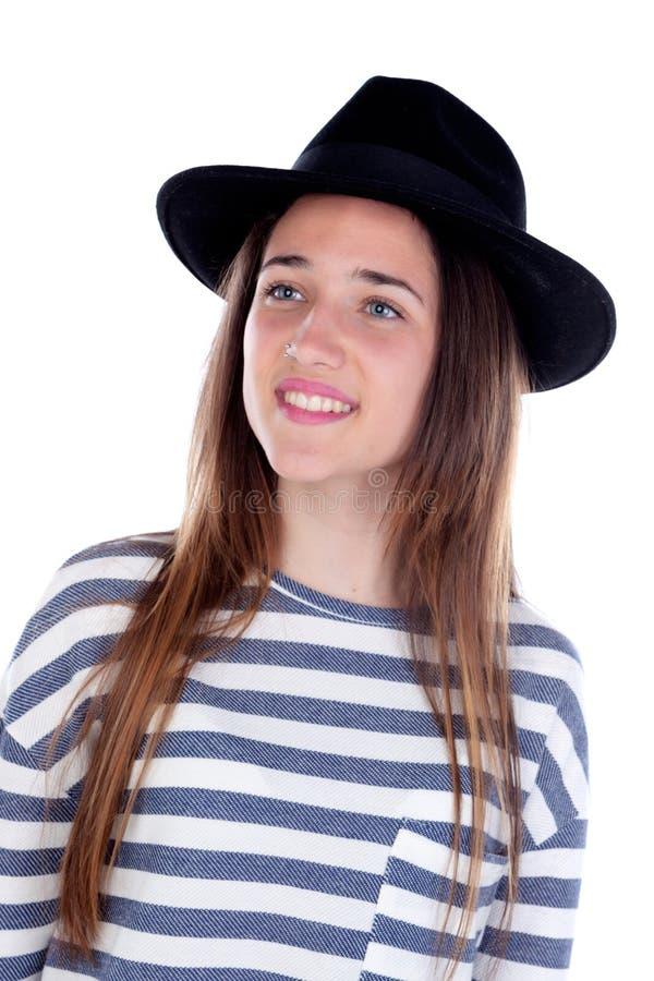 Nätt tonåringflicka med den svarta hatten som poserar på studion royaltyfria bilder