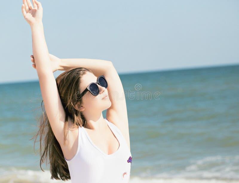 Nätt tonårs- flicka i solglasögon arkivfoto