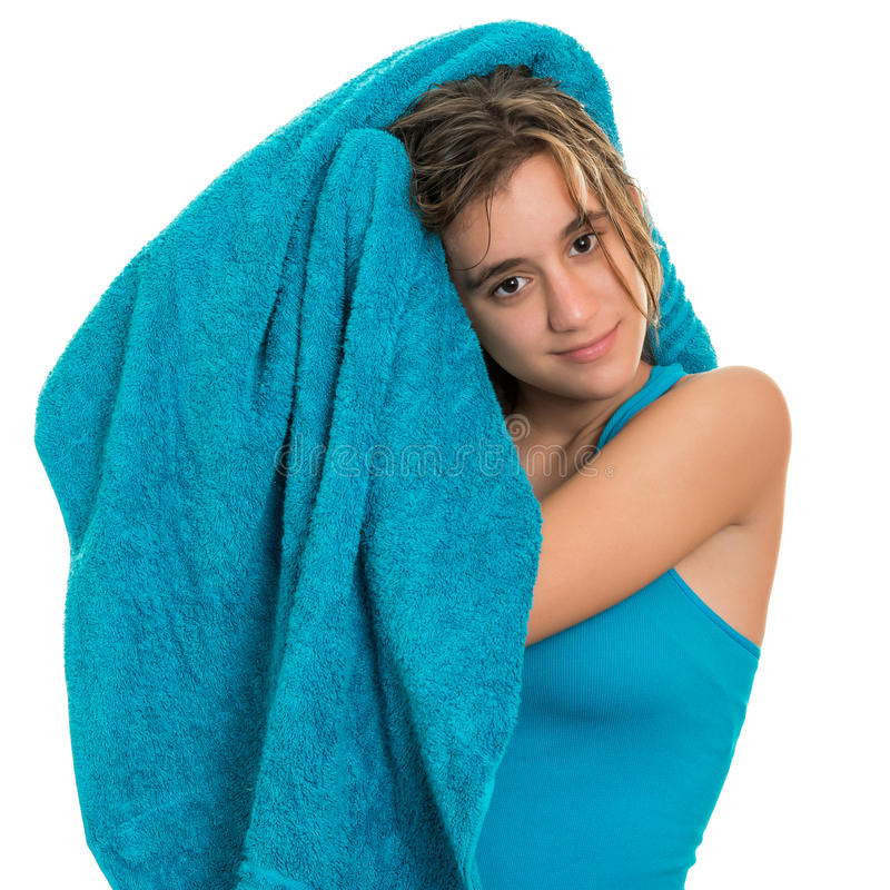 Nätt tonårs- flicka som torkar hennes våta hår med en handduk royaltyfria foton