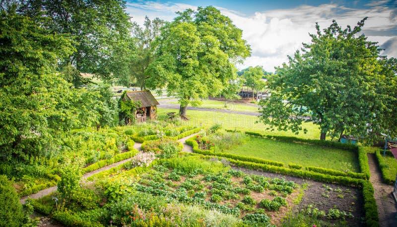 Nätt trädgårdhus i en drömlik idyll arkivbild