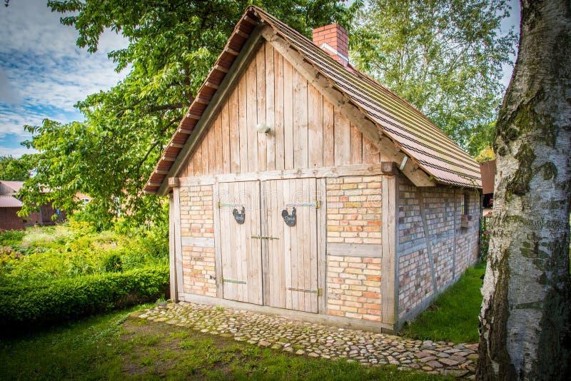 Nätt trädgårdhus i en drömlik idyll fotografering för bildbyråer