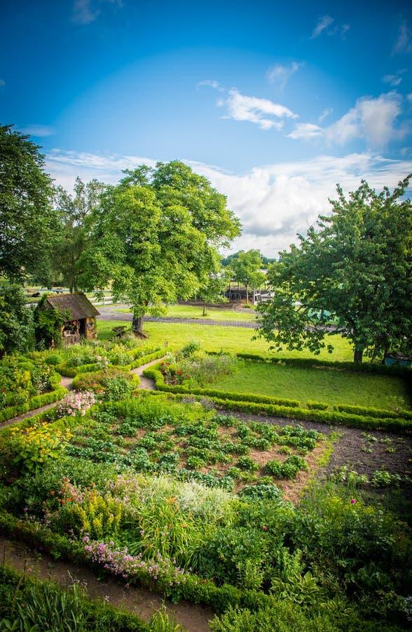 Nätt trädgårdhus i en drömlik idyll royaltyfri foto