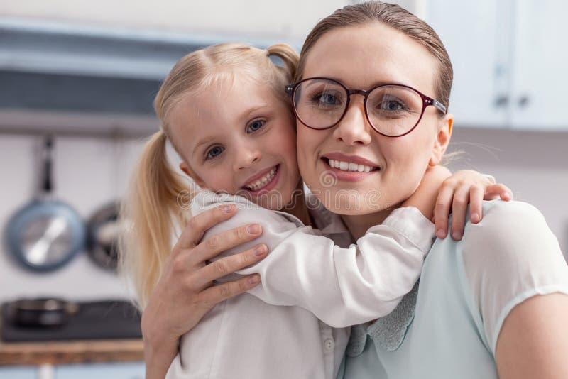 Nätt trevligt omfamna för moder och för dotter arkivbild