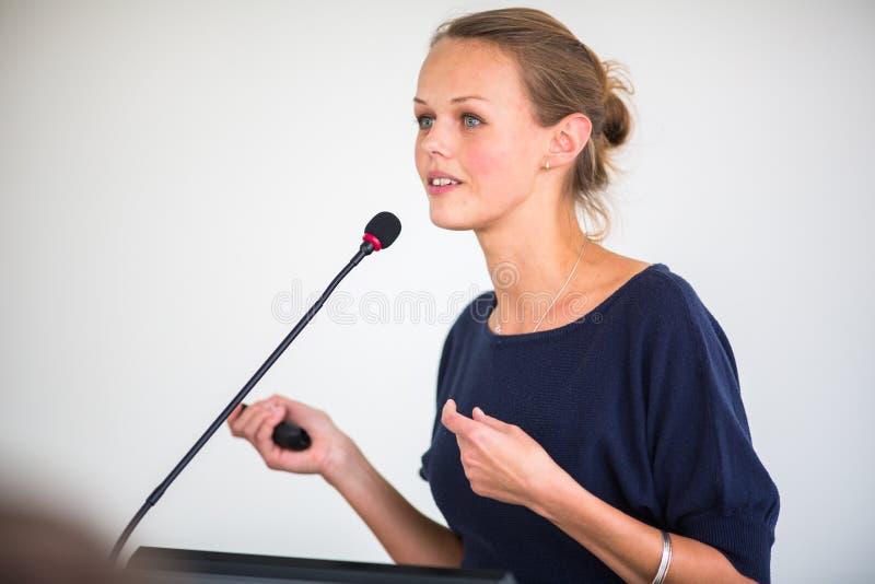 Nätt ung affärskvinna som ger en presentation royaltyfri bild