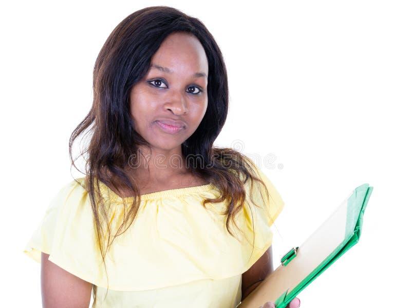 Nätt ung afrikansk amerikanhögskolestudentkvinna på universitetsområde arkivfoto