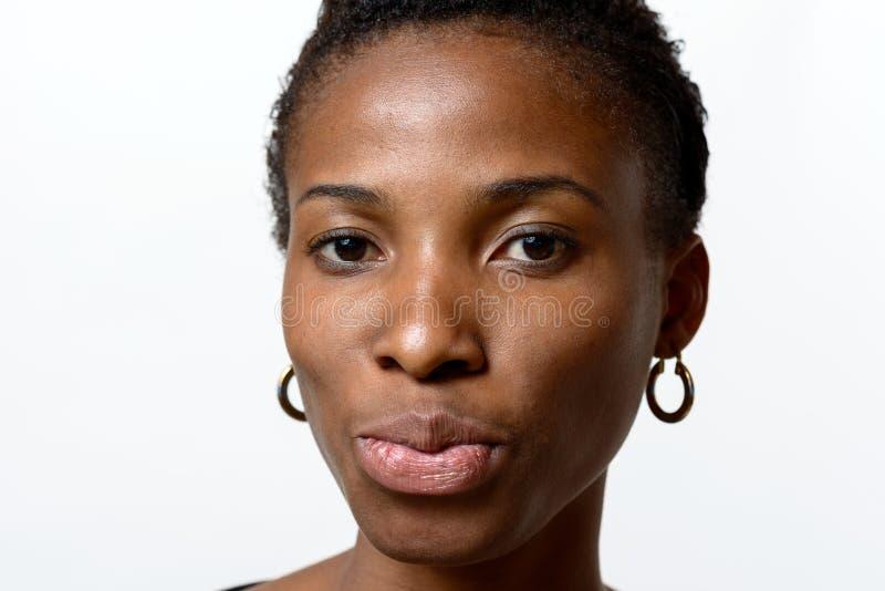 Nätt ung afrikansk kvinna som trutar hennes kanter arkivfoton
