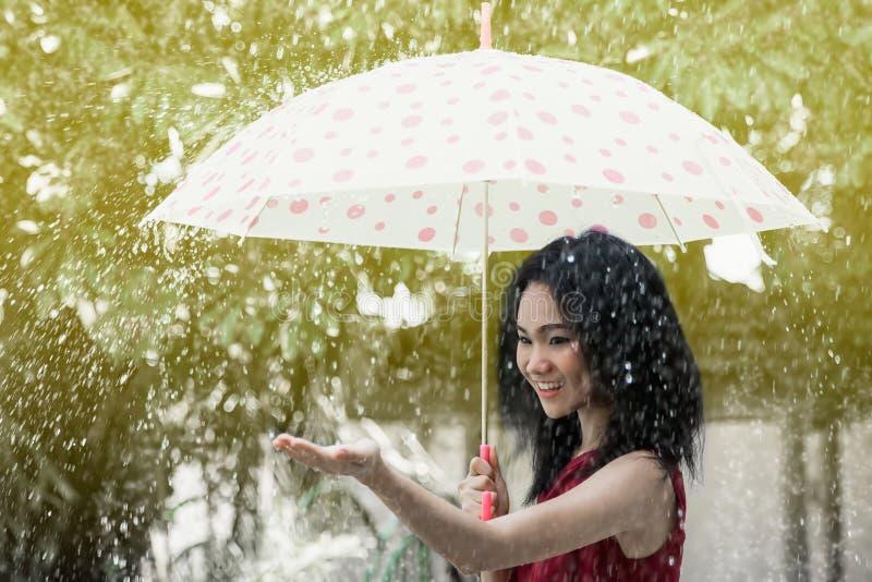 Nätt ung asiatisk flicka och paraply fotografering för bildbyråer