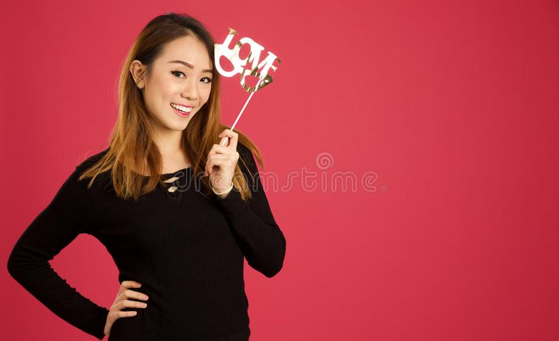 Nätt ung asiatisk kvinna i studion arkivfoton