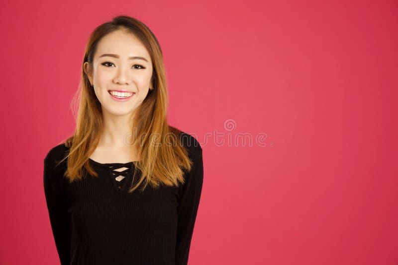 Nätt ung asiatisk kvinna i studion arkivbilder
