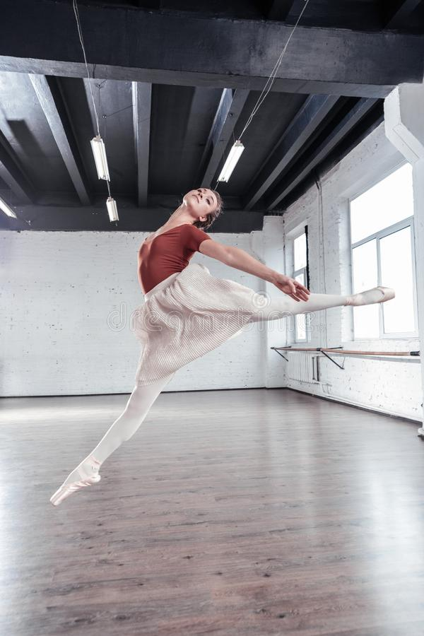 Nätt ung ballerina som visar hennes talanger till dig arkivbilder