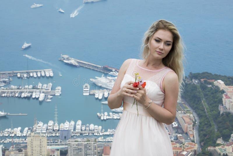 Nätt ung blond kvinna i ursnygg rosa färgklänning i Monaco royaltyfri fotografi