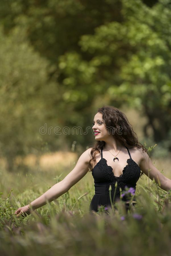 Nätt ung dam bland stort ogräsfält fotografering för bildbyråer