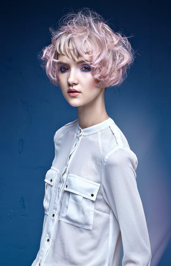 Nätt ung dam med en färgrik frisyr royaltyfri foto