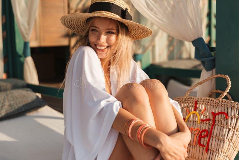 Nätt ung flicka, i att vila för för sommarhatt och swimwear royaltyfria foton