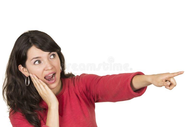 Nätt ung flicka som bär den röda överkanten som pekar att se fotografering för bildbyråer
