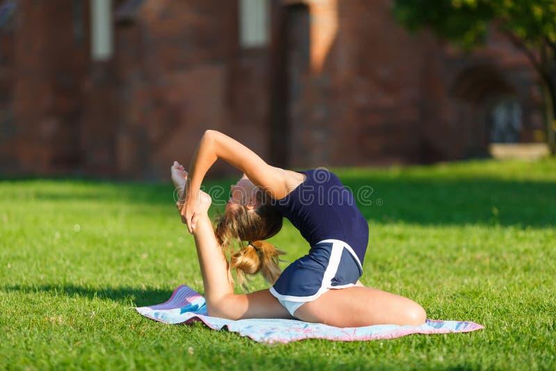 Nätt ung flicka som gör yogaövningar royaltyfri fotografi