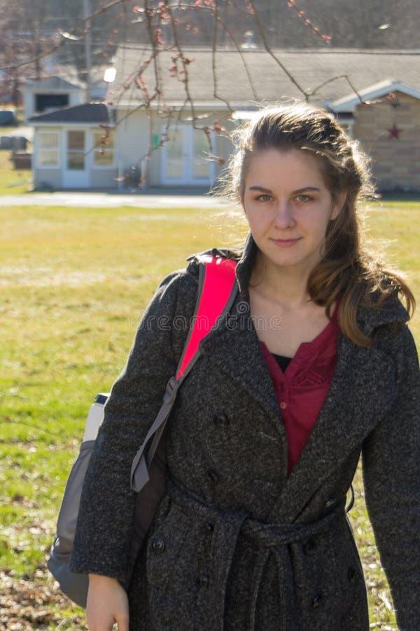 Nätt ung flicka som hem kommer från skola arkivbilder