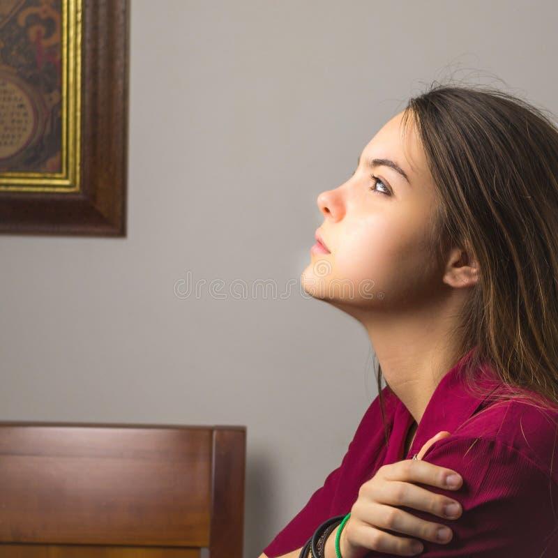 Nätt ung flicka som ser ledsen arkivfoto