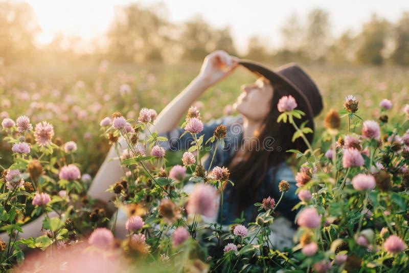 Nätt ung gå flicka på naturen arkivbild