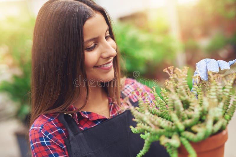 Nätt ung horticulturalist arkivbilder