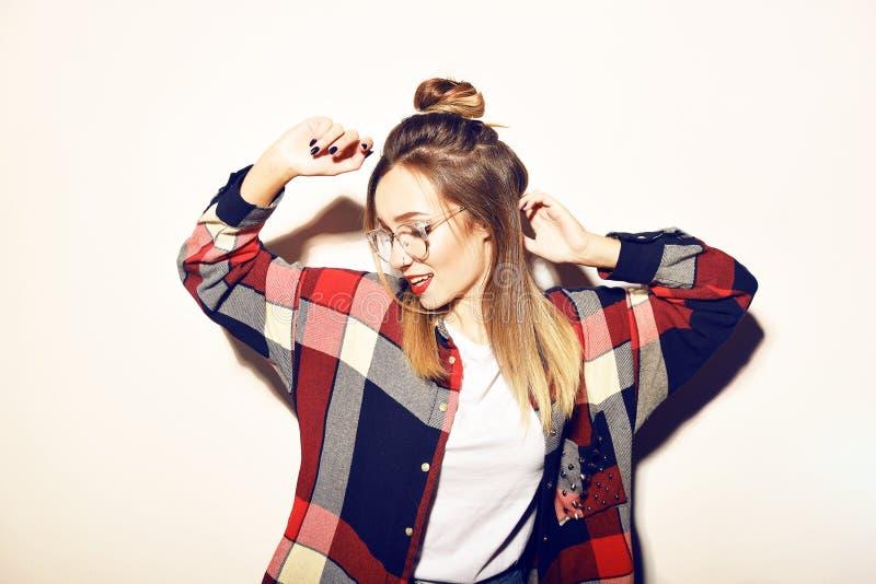 Nätt ung kvinna för mode i exponeringsglas arkivfoto