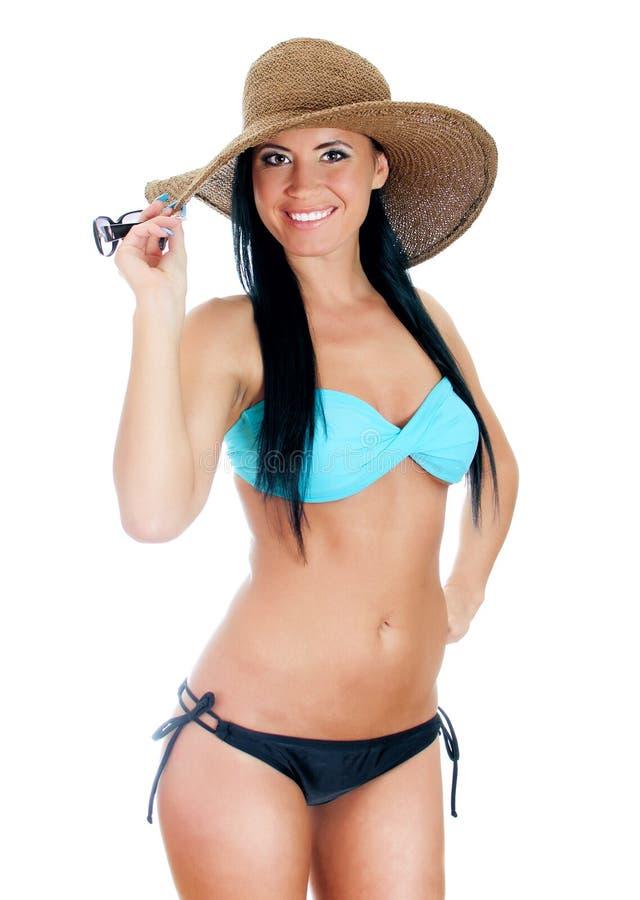 Nätt ung kvinna i bikini- och sugrörhatt. royaltyfri fotografi