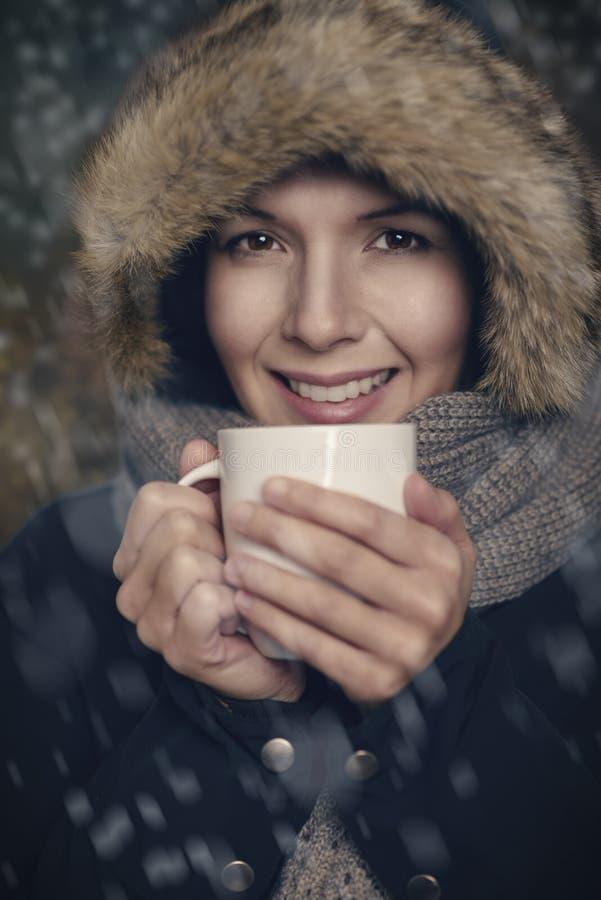 Nätt ung kvinna i varmt vintermode royaltyfri fotografi