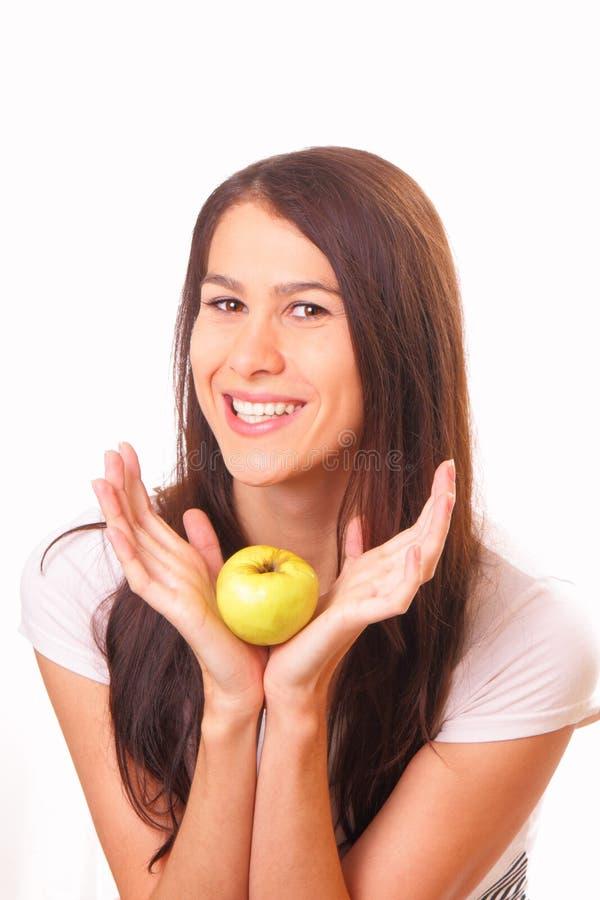 Nätt ung kvinna med ett äpple arkivbilder